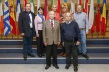 """LTA dalībnieki, apmeklējot Eiropas parlamenta ēku. Otrajā rindā no kreisās puses – Dainis Domiņš, SIA """"Bodo"""", Marina Galuzo, Izglītības iestāžu ēdinātāju asociācija, Iveta Ozola, """"Grāmatu nams """"Valters un Rapa"""""""", Natālija Zīlīte, SIA """"Dekna"""", Gatis Šķudītis, SIA """"X-net"""", pirmajā rindā no kreisās – EP deputāts Alfrēds Rubiks un LTA prezidents Henriks Danusēvičs."""